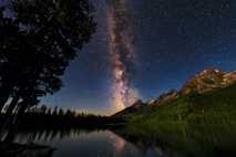 Das helle Band der Milchstraße leuchtet am Nachthimmel über dem Grand-Teton-Nationalpark in Wyoming, USA.