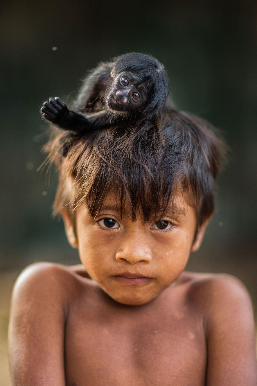 Kaiau mit einem Schwarzen Saki oder Satansaffen. Vermutlich gehört das Jungtier zu einem weiblichen Familienmitglied, da ...