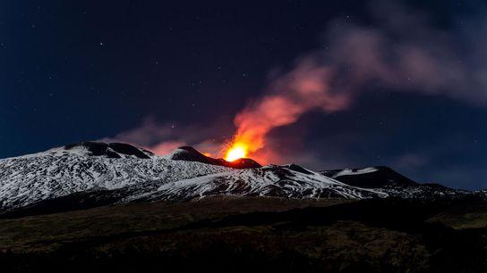 Während eines Ausbruchs im Jahr 2013 speit der Ätna Lava.