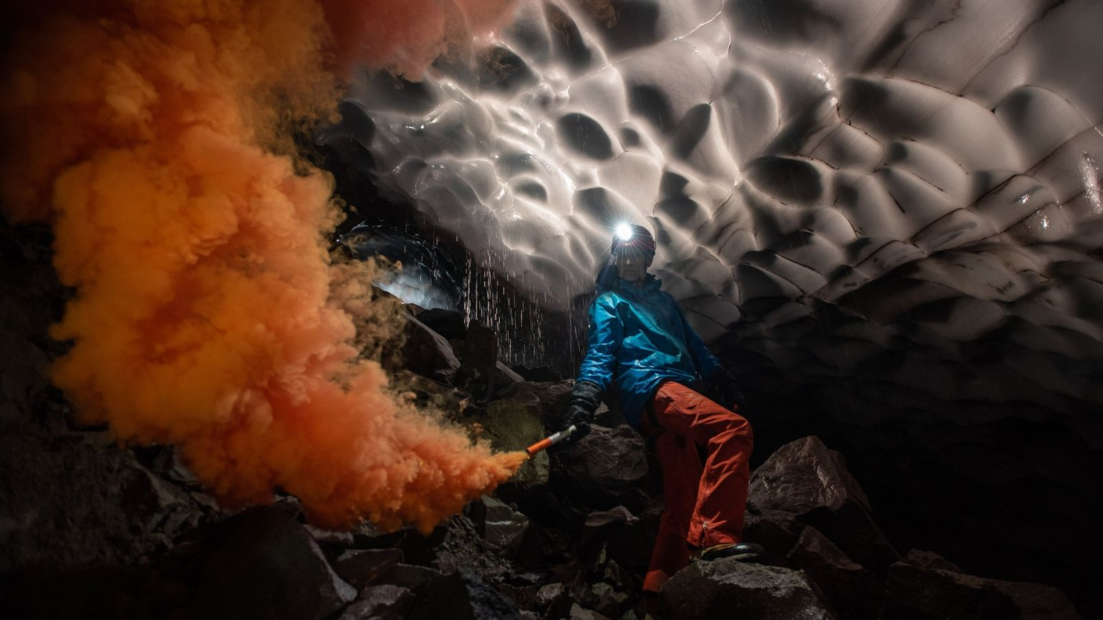 Der Wissenschaftler Andreas Pflitsch von der deutschen Ruhr-Universität entzündet eine Rauchfackel in der Mothera-Gletscherhöhle im Krater ...