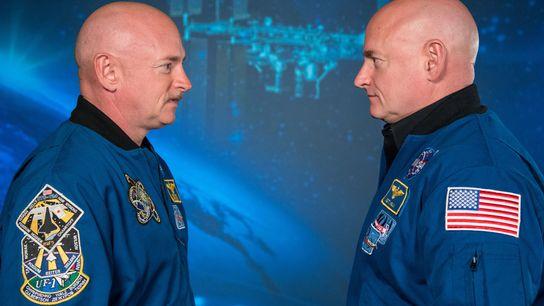 Der Astronaut Scott Kelly (rechts) und sein Zwillingsbruder, der ehemalige Astronaut Mark Kelly, bei einer Medienveranstaltung ...