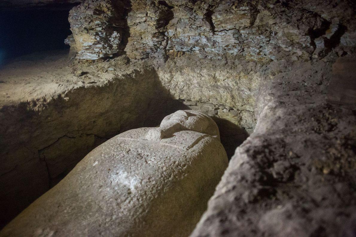 Einer von 40 Sarkophagen, die auf einem großen Friedhof im ägyptischen Gouvernement al-Minya südlich von Kairo ...