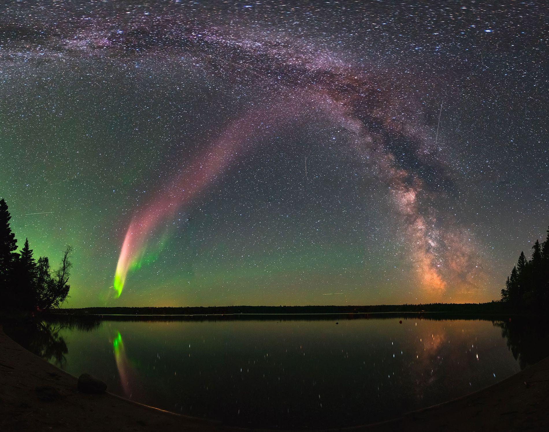 STEVE und die Milchstraße über dem Childs Lake in Manitoba, Kanada.