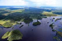 Eine Luftaufnahme des Flusses Wologda in der gleichnamigen Region in Russland. Das Land zählt zu den ...