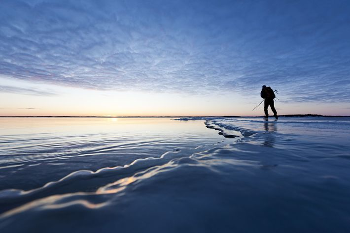 Auf der Suche nach der besten Eisfläche zum Eislaufen in Haradskar, Schweden.