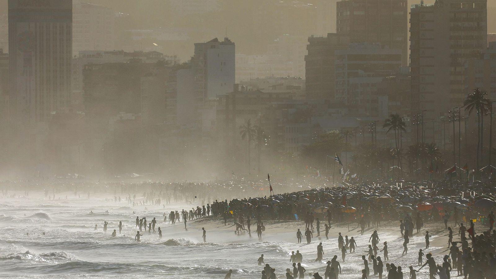 In Rio de Janeiro strömen die Menschen am 8. September 2017 an die Strände, um sich ...