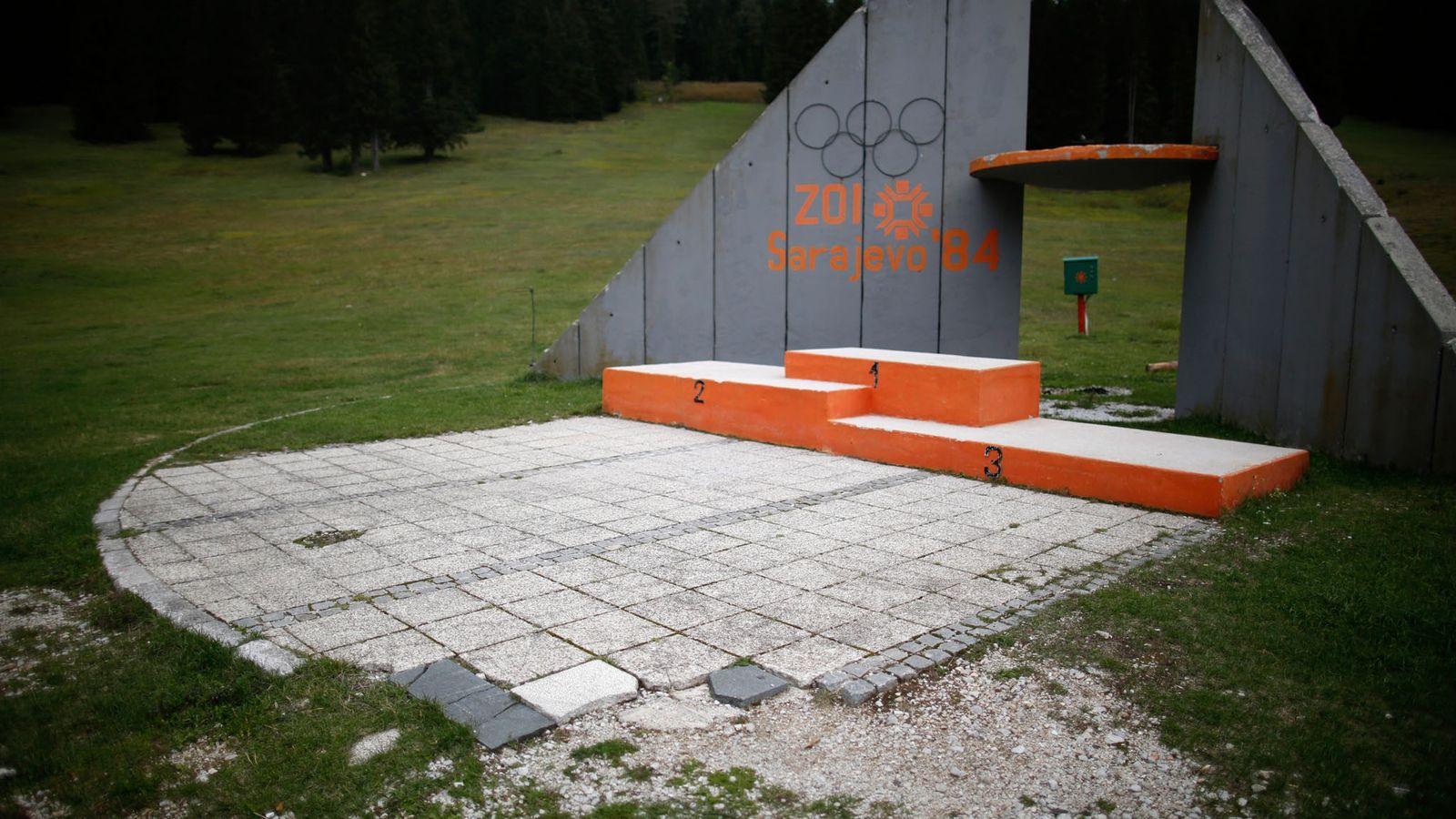 Blick auf das verlassene Siegerpodium an der Skisprungschanze auf dem Igman in Bosnien und Herzegowina. In ...
