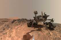 Der NASA-Rover Curiosity legt 2015 eine kurze Pause im unteren Bereich der Region Mount Sharp ein, ...