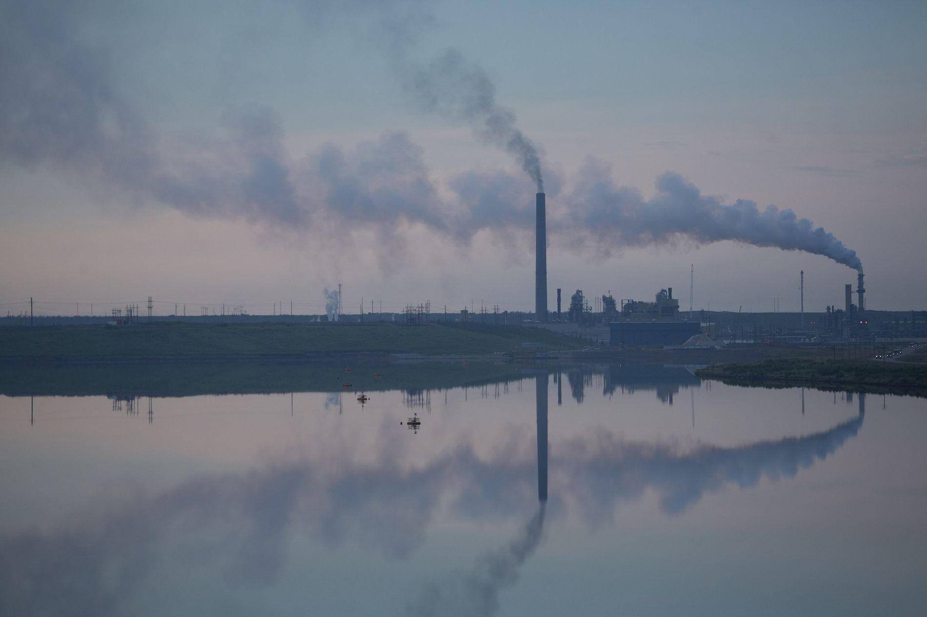 Ölsandanlagen wie diese in Kanada produzieren mehr Treibhausgase als die Rohölproduktion. Wenn die Regierungen eine Klimakatastrophe ...