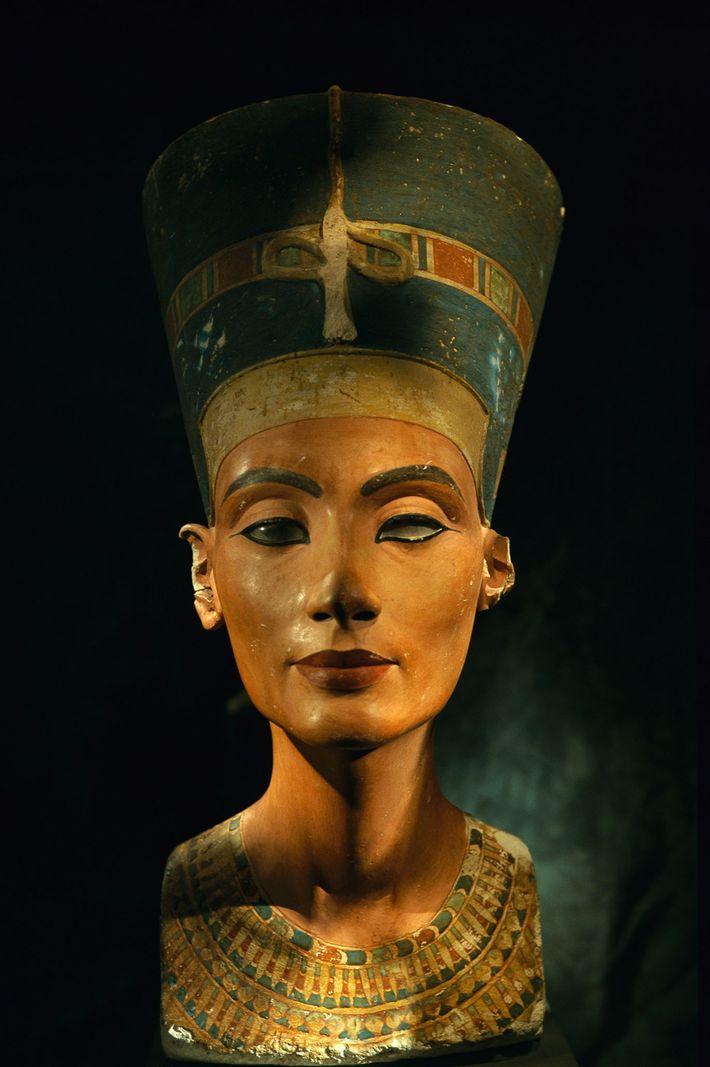 Diese Büste der ägyptischen Königin Nofretete wurde angefertigt, bevor sie befahl, keine Bildnisse von ihr als ...