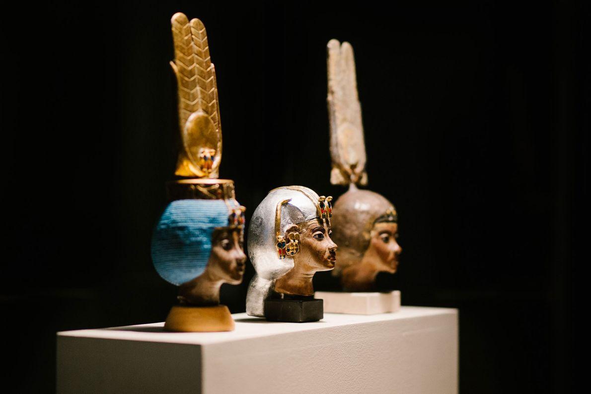 Diese rekonstruierten Büsten zeigen die unterschiedlichen Kronen, die die Regentin Teje trug, die während der 18. ...