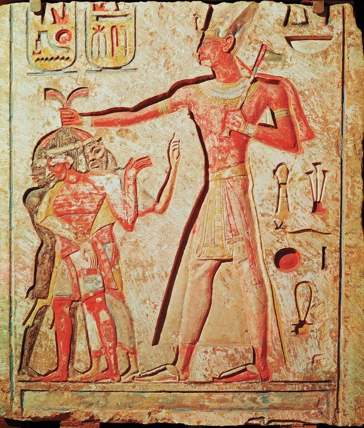 Ein Kalksteinrelief zeigt Ramses II., wie er seine Feinde erschlägt.