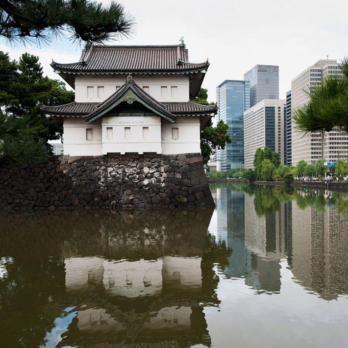 Der Kaiserpalast in Tokio steht im starken Kontrast zu den modernen Gebäuden im Hintergrund.