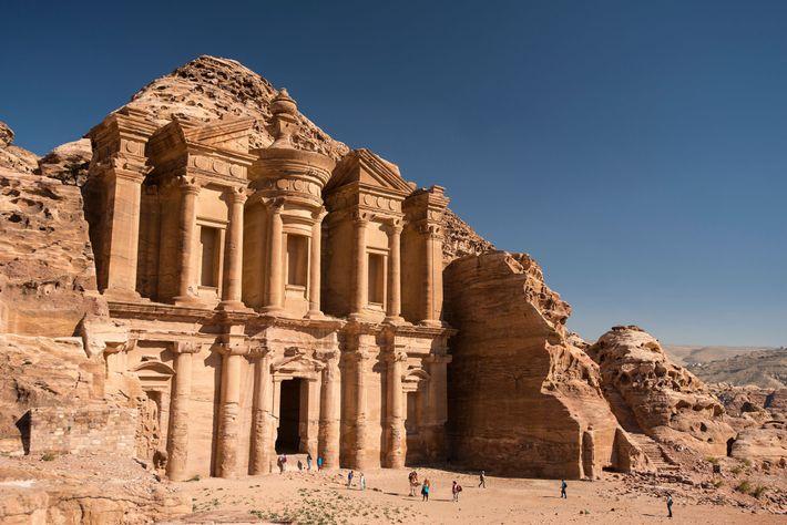 Das imposante Felsgebäude Ad Deir, das nahe der Stadt Petra fast 40 Meter hoch über der ...