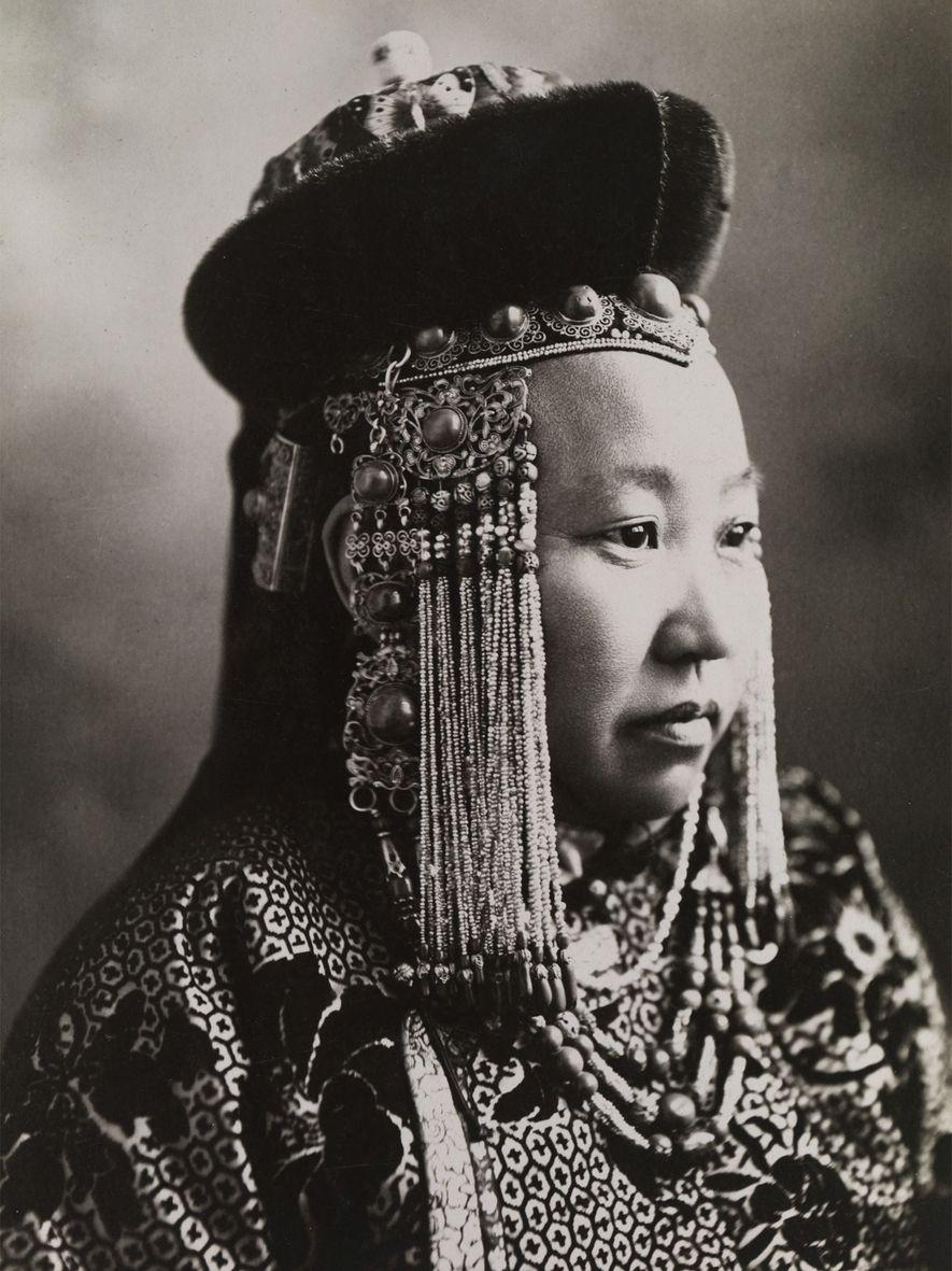 Eine mongolische Prinzessin. Sie trägt prächtiges Hofkleid mit traditionellem Kopfschmuck.