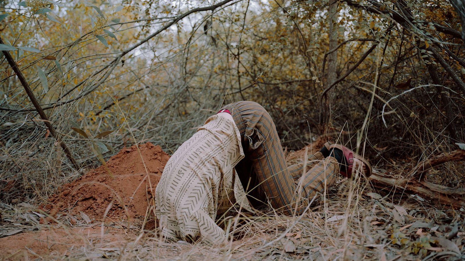 Mann steckt mit Kopf in Loch