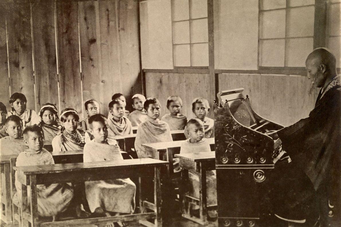 Kinder besuchen eine Schule in dem Bergdorf Kampanzan in Taiwan. Als das Foto 1920 in einem ...