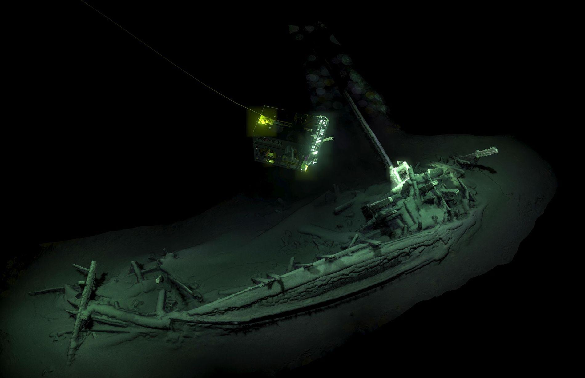 Ein kabelgesteuertes Unterwasserfahrzeug (ROV – Remotely Operated Vehicle) macht Aufnahmen eines 2.400 Jahre alten Schiffswracks, das ...