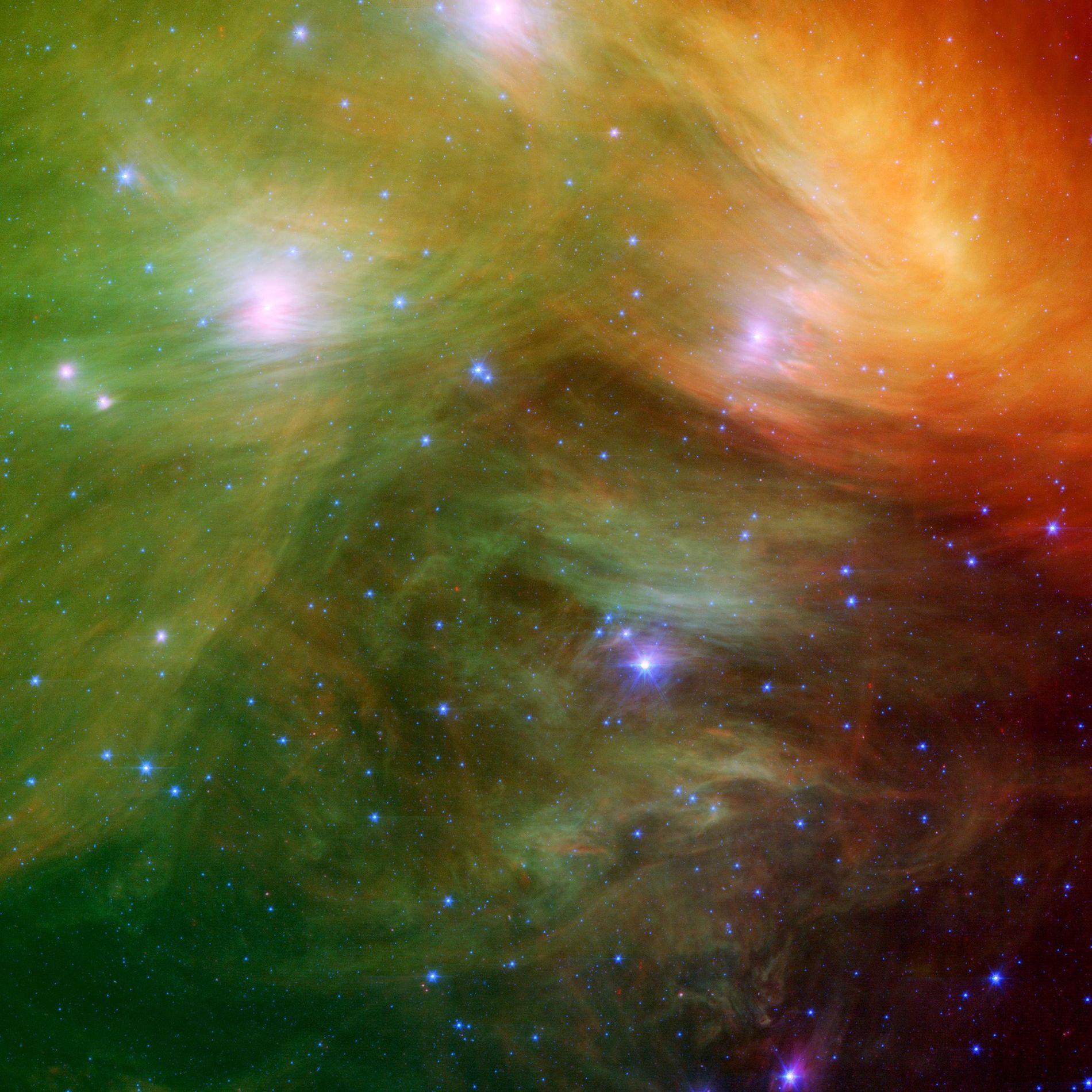 Die Plejaden, auch als Siebengestirn bekannt, strahlen auf dieser Infrarotaufnahme des Spitzer-Weltraumteleskops der NASA in einer ...