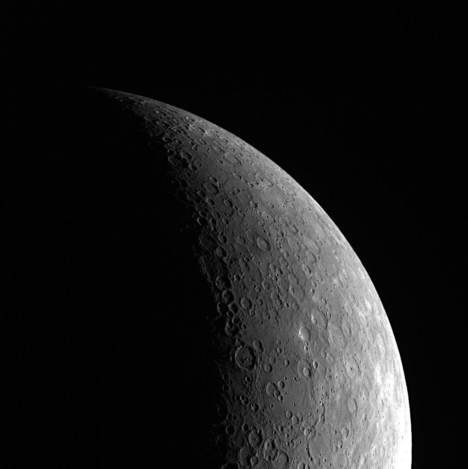 Auf dieser Aufnahme des Planeten Merkur sind die zahlreichen Einschlagkrater auf seiner Oberfläche gut zu erkennen. ...