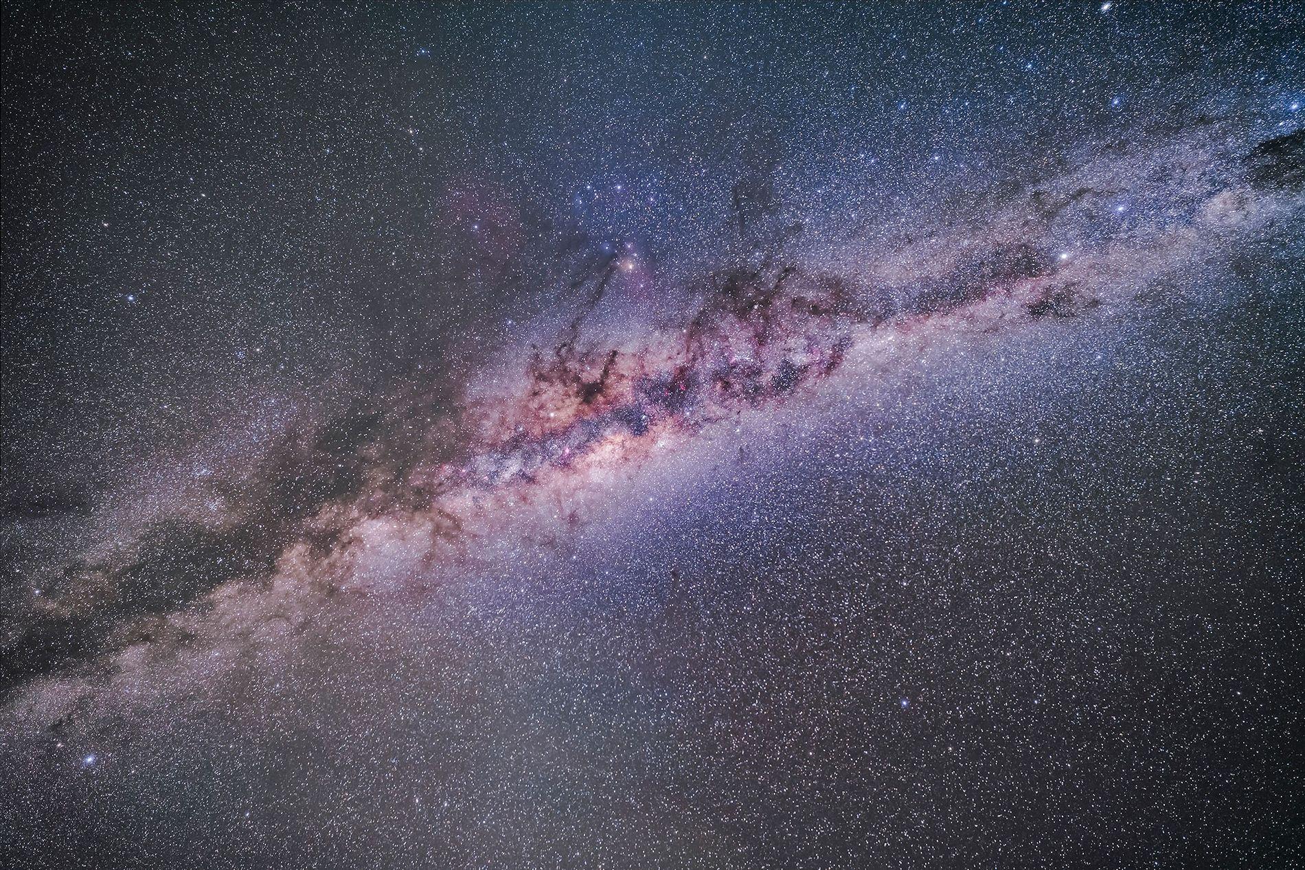 Das Zodiakallicht scheint wie eine Nebelschwade auf diesem Bild der Milchstraße zu liegen.