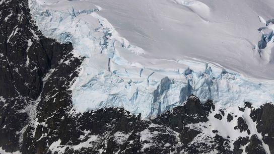 Auf dieser Satellitenaufnahme der Antarktischen Halbinsel von 2017 trifft Eis auf Gestein. Vor Millionen von Jahren ...