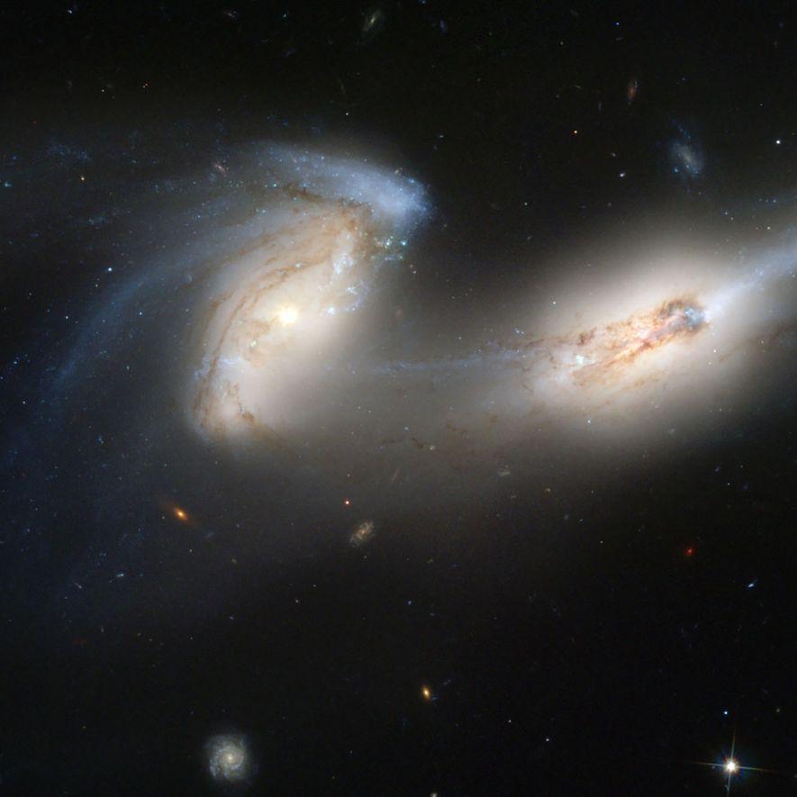 """Diese beiden Spiralgalaxien, die sich gegenseitig auseinanderziehen, werden aufgrund ihrer langen """"Schwänze"""" auch als """"die Mäuse"""" bezeichnet."""