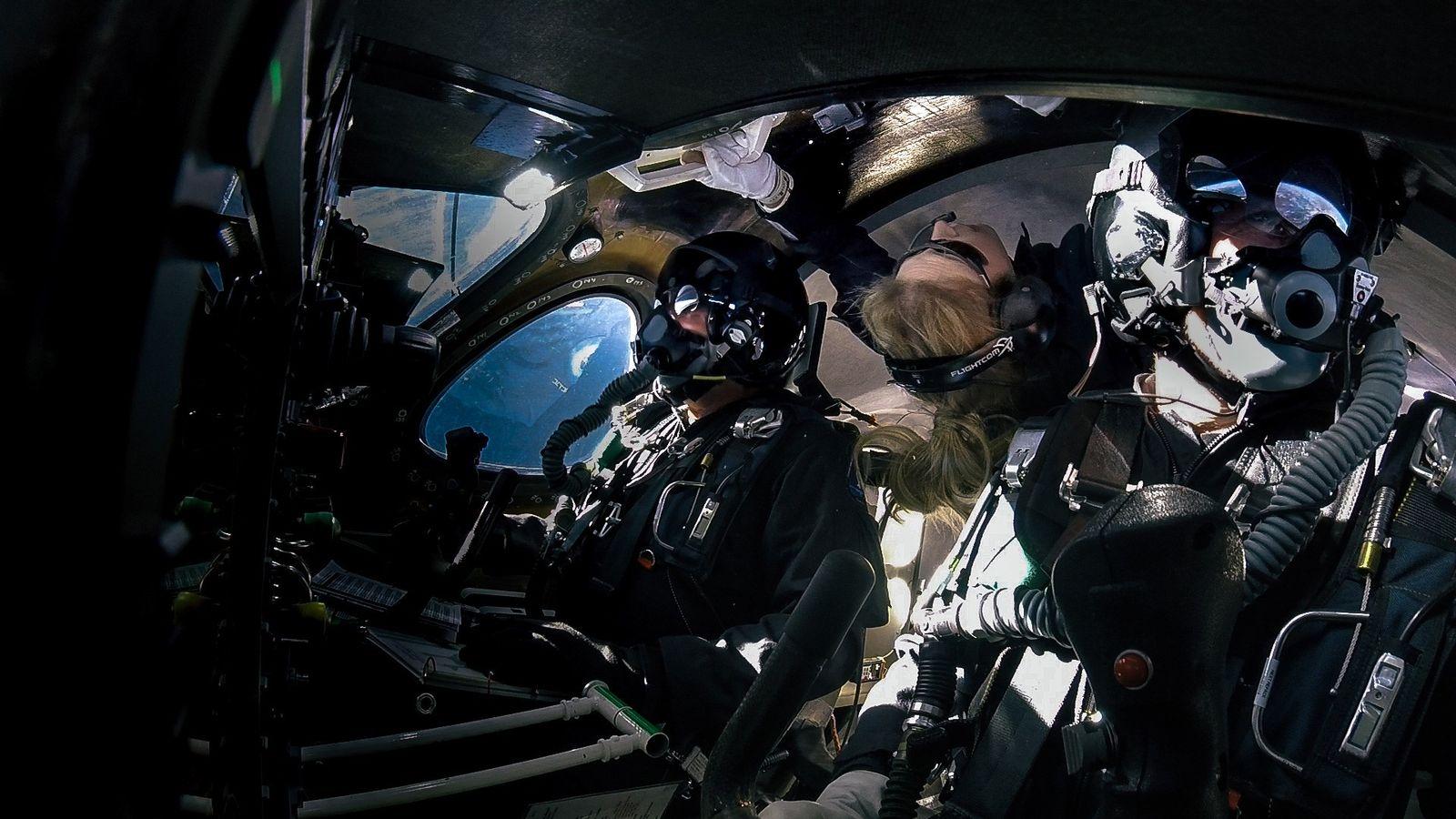 Beth Moses (Mitte) schwebt am 22. Februar 2019 an Bord eines Raumfahrzeugs von Virgin Galactic in ...