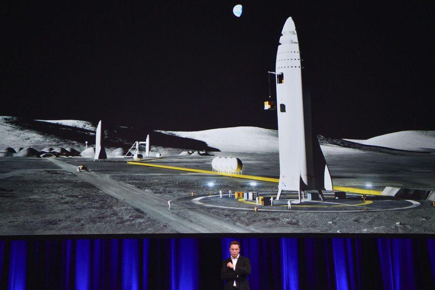 Elon Musk, der Gründer von SpaceX, spricht beim International Astronautical Congress vor einer Illustration der überarbeiteten ...