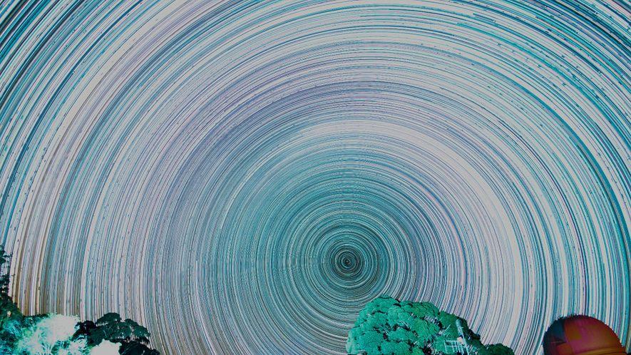 Wenn Bilder der Milchstraße, die im Abstand von 30 Sekunden aufgenommen wurden, miteinander kombiniert werden, entsteht ...