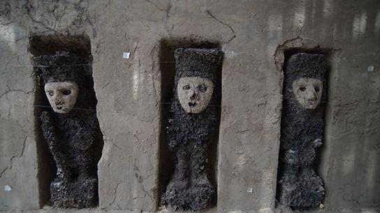 Diese 750 Jahre alten Statuen bewachten einst einen zeremoniellen Durchgang im Palast Utz An in der ...