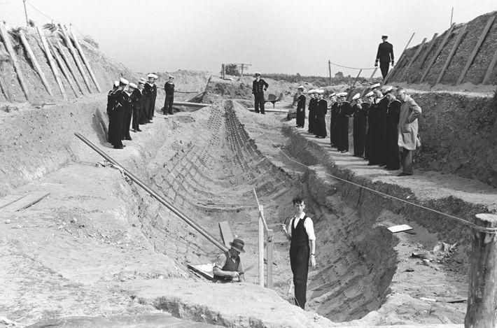 Ein Foto von der ursprünglichen Ausgrabung in Sutton Hoo zeigt die Überreste des hölzernen Schiffes, das ...