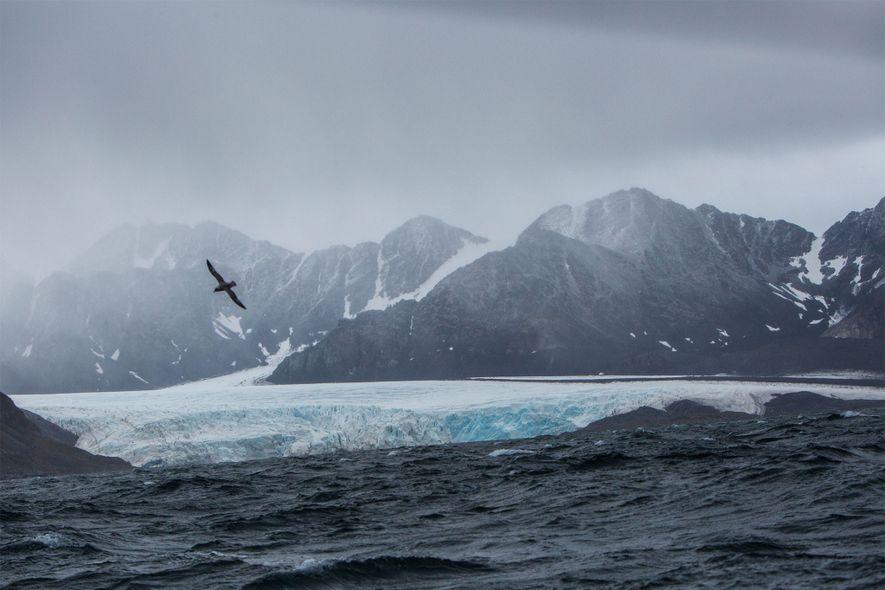 Ein Sturm braut sich mit schwerer See und starken Winden über der felsigen Küste des westlichen ...
