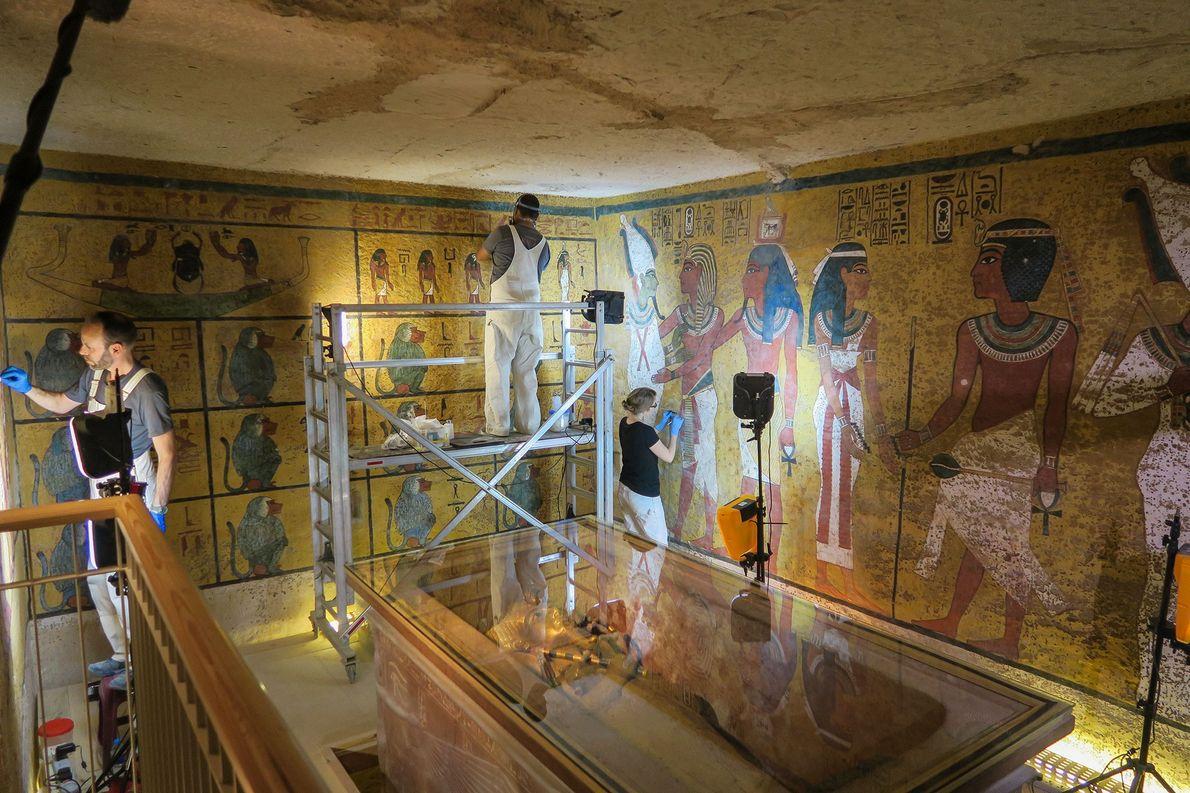 Ein Team aus Wissenschaftlern ist 2016 mit der Restaurierung von Tutanchamuns Grabkammer beschäftigt.