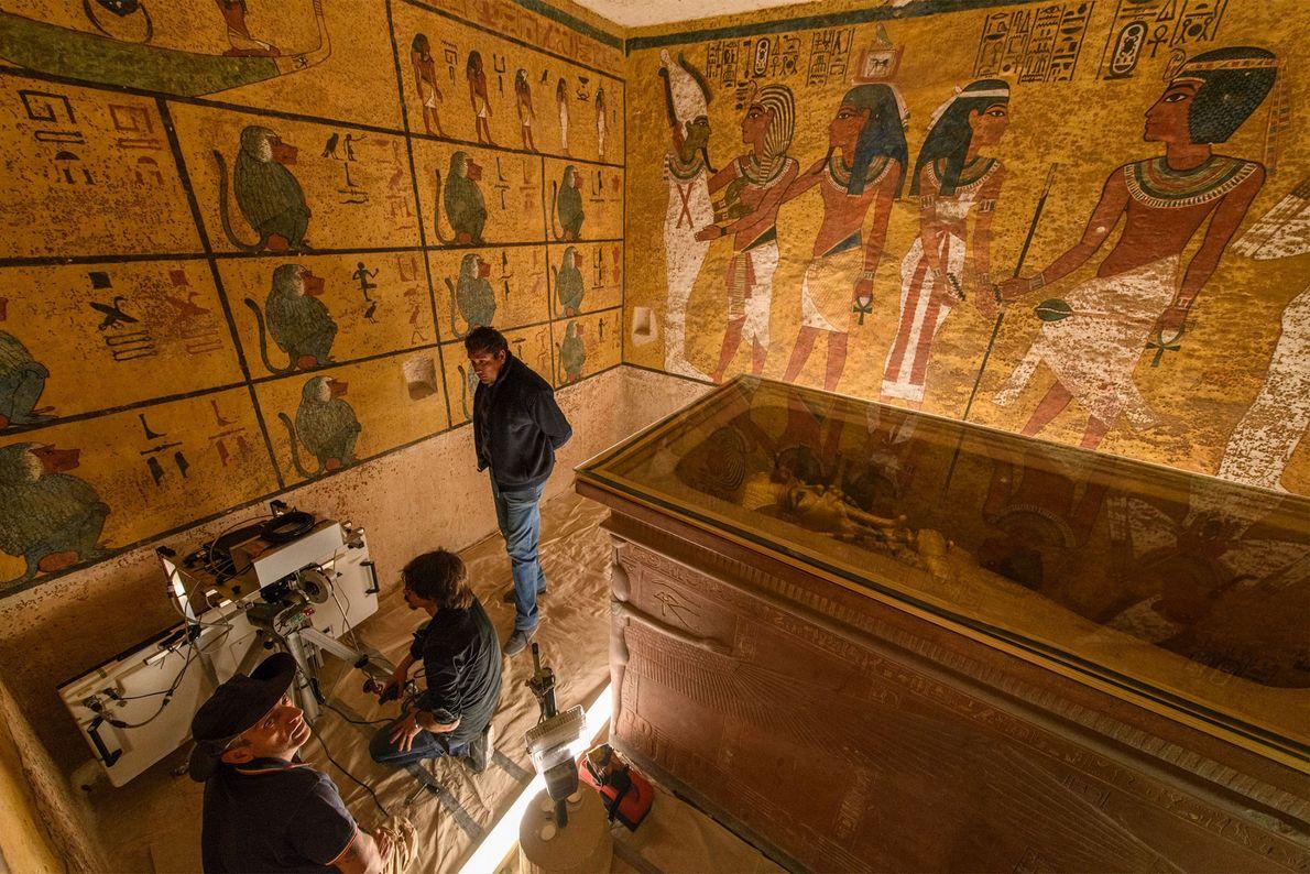 Tutanchamuns Sarkophag füllte die Grabkammer fast zur Gänze aus. Sie war für einen Pharao ungewöhnlich klein, ...