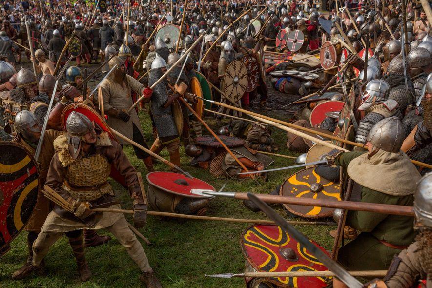 Die Reenactors, die Wikinger und Slawen darstellen, attackieren sich mit Schwertern und Speeren bei einem nachgestellten ...
