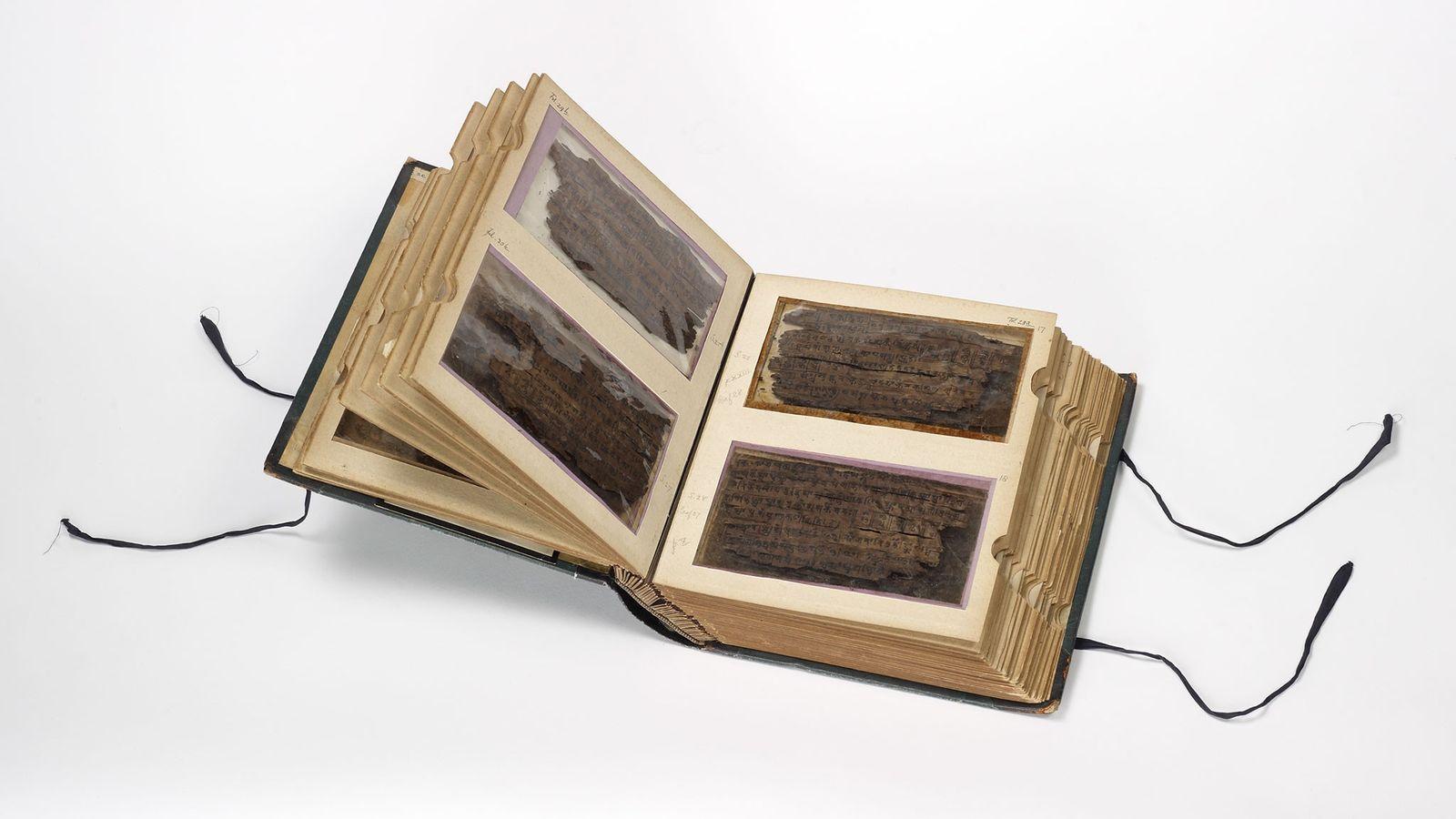 Die 70 Blätter aus Birkenrinde, aus denen das Bakhshali-Manuskript besteht, sind extrem zerbrechlich und werden in ...