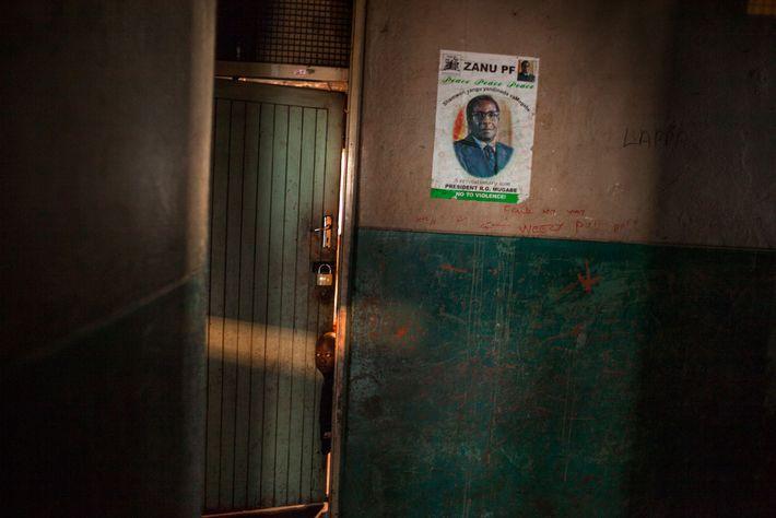 Ein Kind blickt aus einem Zimmer in einem Hostel vor der Hauptstadt Harare. Ein politisches Plakat ...