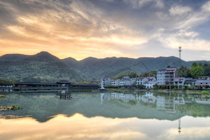 In der bergigen Landschaft von Tonglu in China liegen verschlafene Dörfer.