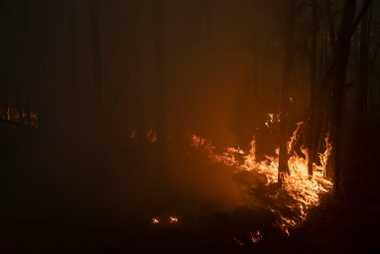 Bei einem Waldbrand in der Nähe der Ortschaft Kyuyorelyakh bei Jakutsk entsteht starker Rauch, der über ...