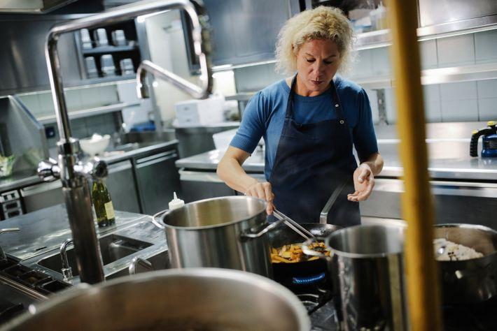 Chefköchin Ana Roš sorgt in ihrem Restaurant Hiša Franko mit moderner Küche aus regionalen Zutaten für ...