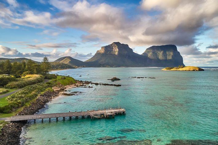 Der Mount Lidgbird erhebt sich über der Lagune auf Lord Howe Island, Australien. Nur 400 Besucher dürfen ...