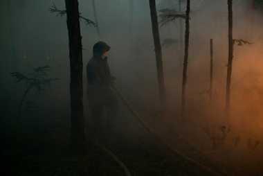 Bei den meisten Feuerwehrleuten handelt es sich um Bauern, die zum Löschen der Brände ihre Werkzeuge ...