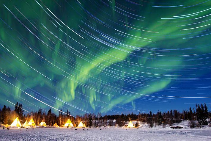 Eine Aurora borealis wirbelt über Yellowknife, der Hauptstadt der kanadischen Nordwest-Territorien.