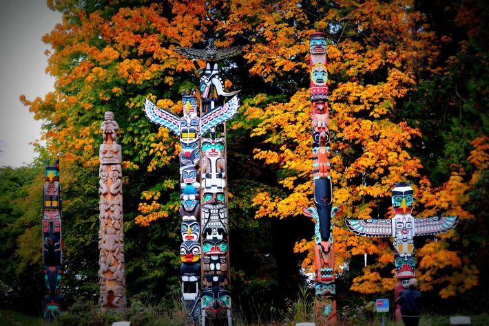 Totempfahle im Stanley Park von Vancouver haben für mehrere First Nations-Völker von der Westküste British Columbias ...
