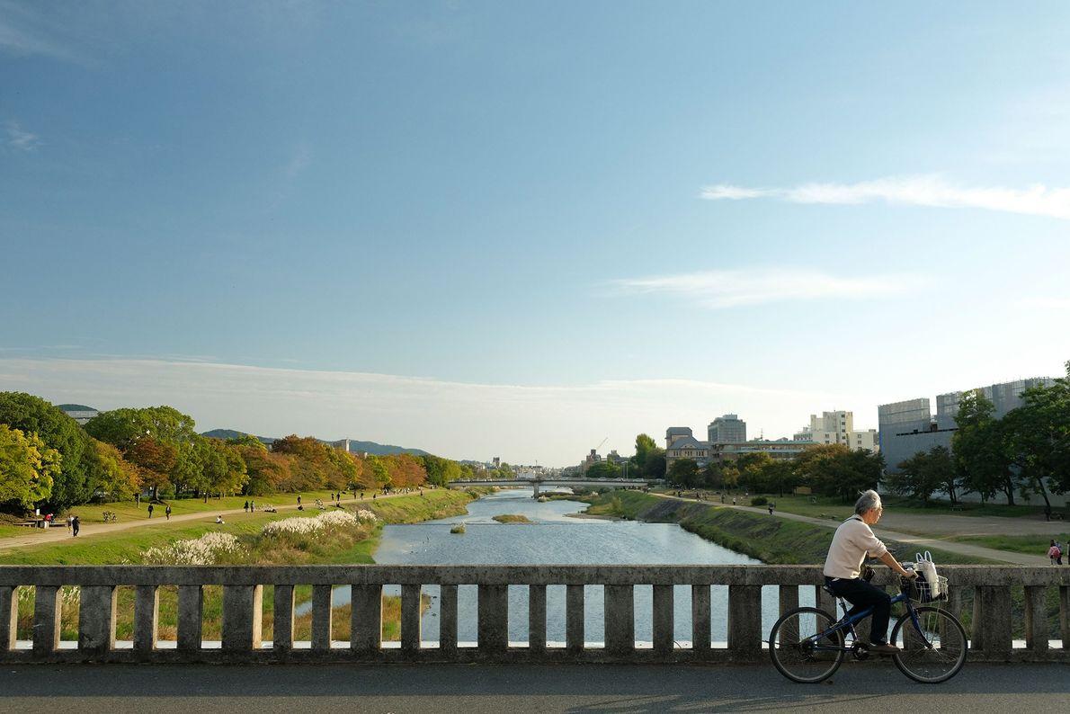 Die Flussufer des Kamogawa, der durch Kyoto fließt, sind bei Einheimischen und Besuchern gleichermaßen beliebt. Regelmäßig ...
