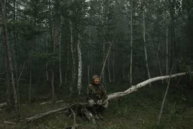 Yegor Fedorov, 60, ruht sich eingehüllt in Rauch von dem Kampf gegen den Waldbrand aus.