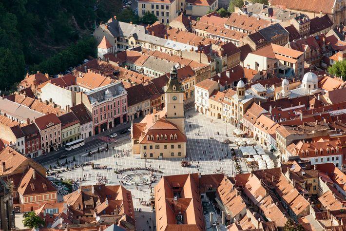 Der Rathausplatz von Brasov in Transsilvanien ist von farbenfrohen Barockgebäuden umgeben.