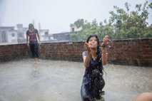 Ritu Saini (vorn), 21, und Rupa, 23
