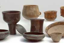 Diese Sammlung jungsteinzeitlicher Keramiken zeigt jene Gefäßtypen, die für die Studie über alten Käse untersucht wurden.